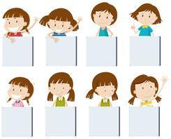 Personagens de garota diferentes segurando cartazes em branco