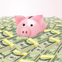 Piggybank em pilha de dinheiro