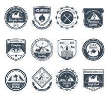 Emblemas de aventura de montanha preto vetor