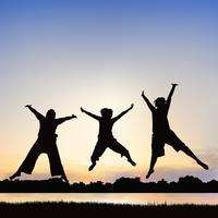 As meninas felizes estão saltando, na arte da silhueta. vetor