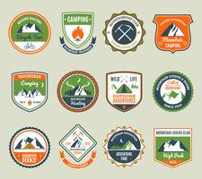 Emblemas de aventura de montanha vetor