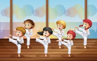 Crianças praticando karatê vetor