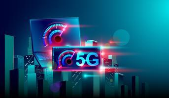 Internet de comunicação de rede de alta velocidade 5G no vôo realista 3d isométrica laptop e smartphone cruz noite cidade inteligente. Vetor