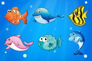Peixes coloridos e sorridentes sob o mar vetor