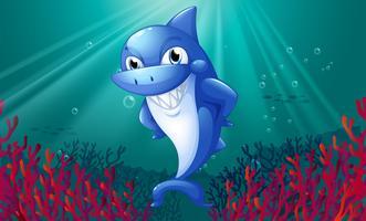 Um tubarão azul sorrindo sob o mar