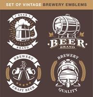 Conjunto de emblemas vintage cervejaria em fundo escuro
