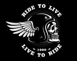 Crânio de motociclista no capacete com asa em fundo escuro