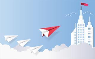 O conceito da liderança, o plano vermelho e a construção arquitetónica branca ajardinam com uma bandeira na parte superior, fundo do céu azul.