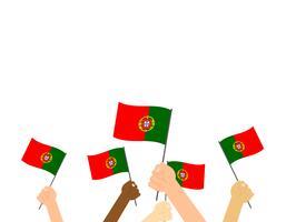 Mão segurando bandeiras de Portugal isoladas no fundo branco vetor