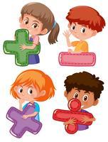 Conjunto de crianças segurando símbolos matemáticos vetor