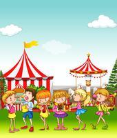 Crianças, tendo divertimento, em, a, parque divertimento vetor