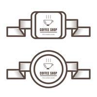 O grupo de crachás do café do vintage e etiqueta a cor marrom no fundo branco.