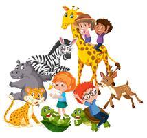 Crianças brincam com animais selvagens vetor