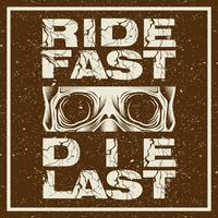 Gráficos de t-shirt de motocicleta de estilo grunge. Ande rápido. Morrer por último. T-shirt de motociclista Emblema da motocicleta. Crânio monocromático no capacete. Ilustração vetorial