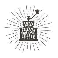 A silhueta monocromática do moedor de café do vintage com rotulação mantém a calma e bebe o café. Moinho de café com ilustração vetorial de citação engraçado para menu, logotipo de loja de café ou rótulo, cartaz, impressão de t-shirt.