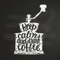 A silhueta do moedor de café do vintage com rotulação mantém a calma e bebe o café na placa de giz. Moinho de café com ilustração vetorial de citação engraçado para menu, logotipo de loja de café ou rótulo, cartaz, impressão de t-shirt.