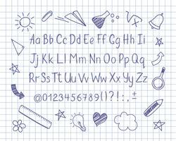 Alfabeto em estilo esboçado com escola doodles na folha de caderno. Vector letras manuscritas lápis, números e sinais de pontuação. Fonte de caligrafia caneta de tinta e elementos de design doodle.