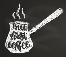 Silhueta do giz do potenciômetro do café com rotulação mas primeiro café no quadro-negro. Ilustração vetorial com citação de café mão desenhada para cartaz, impressão de t-shirt, projeto de menu.