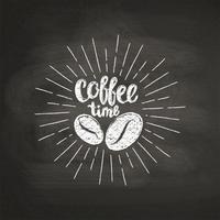 Risque textured rotulando a hora do café com os feijões de café na placa preta. Citação manuscrita para bebida e bebida menu ou café tema, cartaz, impressão de t-shirt, logotipo.