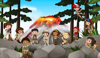 Crianças acampadas na floresta vetor