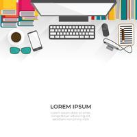 Mesa de trabalho consiste de computador, livros, smartphone, câmera, café e item estacionário