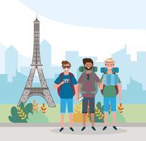 Amigos do sexo masculino em frente à Torre Eiffel