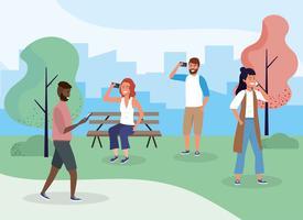 Mulheres e homens no parque com smartphones vetor