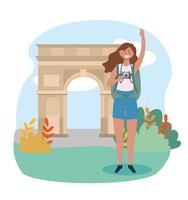 Mulher com mochila e câmera no arco do triunfo