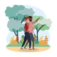 Casal tomando selfie andando na floresta