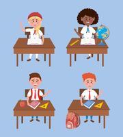 Conjunto de estudantes de menina e menino em uniformes nas mesas