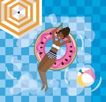 Mulher relaxante na bóia de piscina de melancia