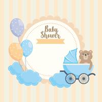 Rótulo de chuveiro de bebê com urso de pelúcia na carruagem
