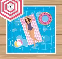 Vista aérea da mulher de chapéu na bóia da piscina