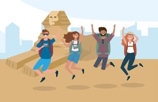 Turista, mulheres e homens pulando na frente das pirâmides do Egito
