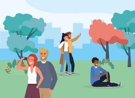 Casais tirando selfies no parque