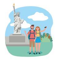 Mulher e homem na frente da estátua da liberdade