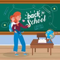Mãe com menina nas costas na sala de aula com as costas para a mensagem da escola