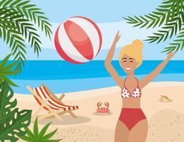Mulher brincando com bola de praia na praia vetor