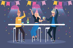 Homens e mulher com bebidas na festa
