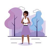 Mulher afro-americana no parque com smartphone vetor