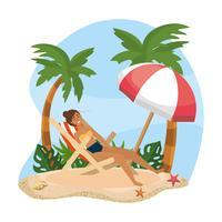 Mulher relaxante na cadeira de praia sob o guarda-chuva
