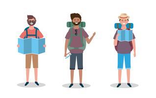 Conjunto de turistas masculinos com mapas e mochilas vetor