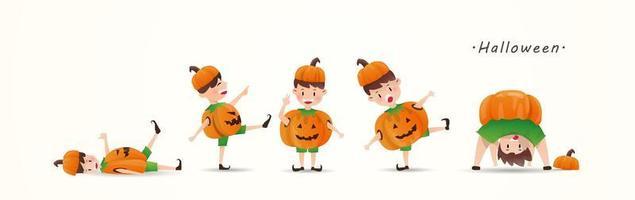 Crianças em trajes de abóbora de Halloween