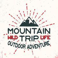 Selo vintage de aventura ao ar livre de montanha