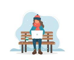 Menina com computador no banco no inverno com café em estilo simples