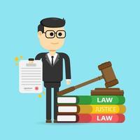 Advogado, segurando o documento ao lado do martelo e pilha de livros
