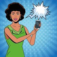 Pop art mulher segurando o telefone com bolha do discurso vetor