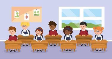 alunos crianças na sala de aula com mesa da escola