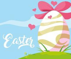 ovo de Páscoa decorado com laço na grama