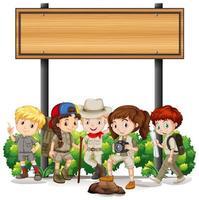 Grupo de crianças de acampamento sob signo vetor